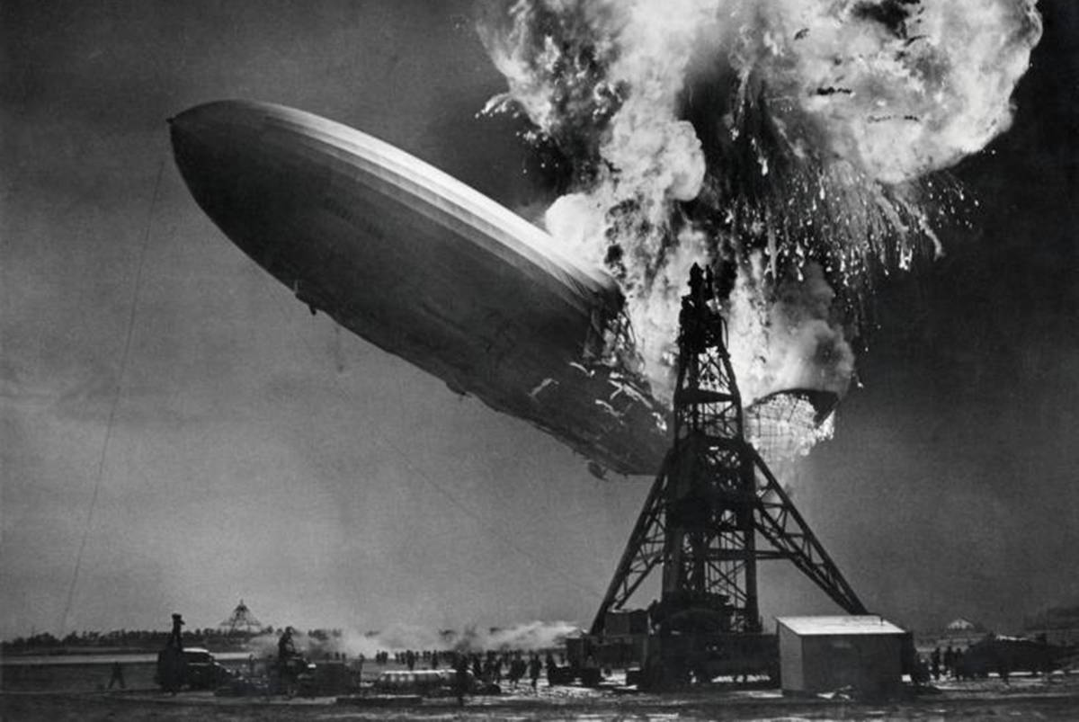 Zeppelin the Hindenburg on fire at the mooring mast of Lakehurst (United States of America) 6 May 1937. (archive photo)