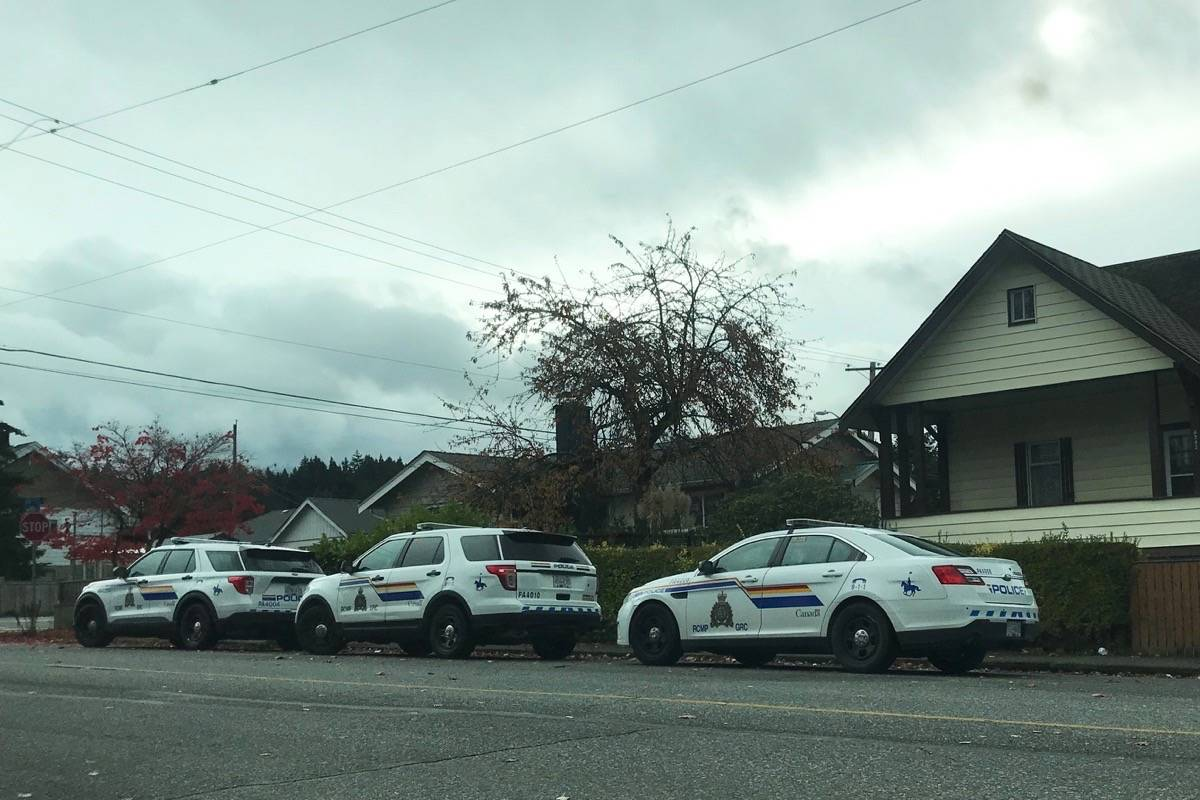 Police were spotted outside of a residence on 10th Avenue on Wednesday morning. (ELENA RARDON / ALBERNI VALLEY NEWS)